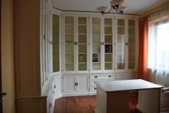 biala-lakierowana-biblioteka-stylowa-z-biurkiem-10