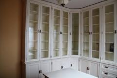 biala-lakierowana-biblioteka-stylowa-z-biurkiem-11