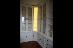 biala-lakierowana-biblioteka-stylowa-z-biurkiem-2