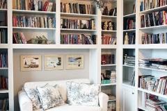 biala-stylowa-biblioteka-lakierowana-1