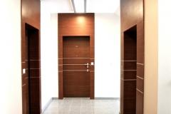 nowoczesne-drzwi-w-holu-biurowca