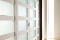 drzwi-nowoczesne-biale-czesciowo-oszklone-przesuwne-1
