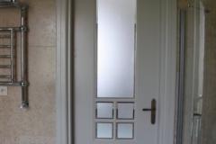 biale-stylowe-drzwi-wewnetrzne-z-fazowanym-szklem-1